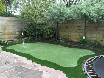 Kunstgras golf putting green in de tuin